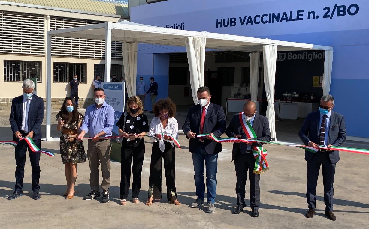 Il taglio del nastro presso l'hub vaccinale accolto da Bonfiglioli Riduttori a Calderara di Reno